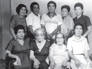 La familia Pérez Rocha, entre ellos la mamá del pintor, Teresa (la última de la derecha).