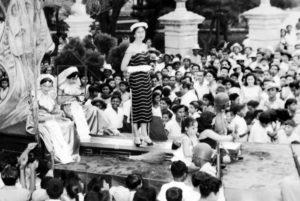 Una foto de los años 60. Lila Aguilar saluda a la multitud que se aglomera en Jinotepe para saludarla y la acompaña Nora Mahamud (en el círculo).