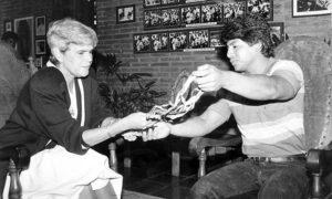 1994. La ex presidenta Violeta Barrios lo recibió en su despacho y luego le regaló un vehículo que Orlando Vásquez metió a trabajar de taxi, antes de caer en las drogas y destruirlo.