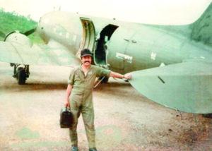 El mayor de la Fuerza Aérea la Resistencia 1 Nicaragüense, Roberto Amador, en Honduras en 1983.