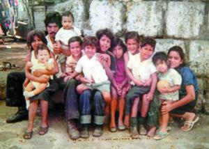 El tercero de derecha a izquierda es Arlan, con su padre, hermanos y amigos del vecindario.